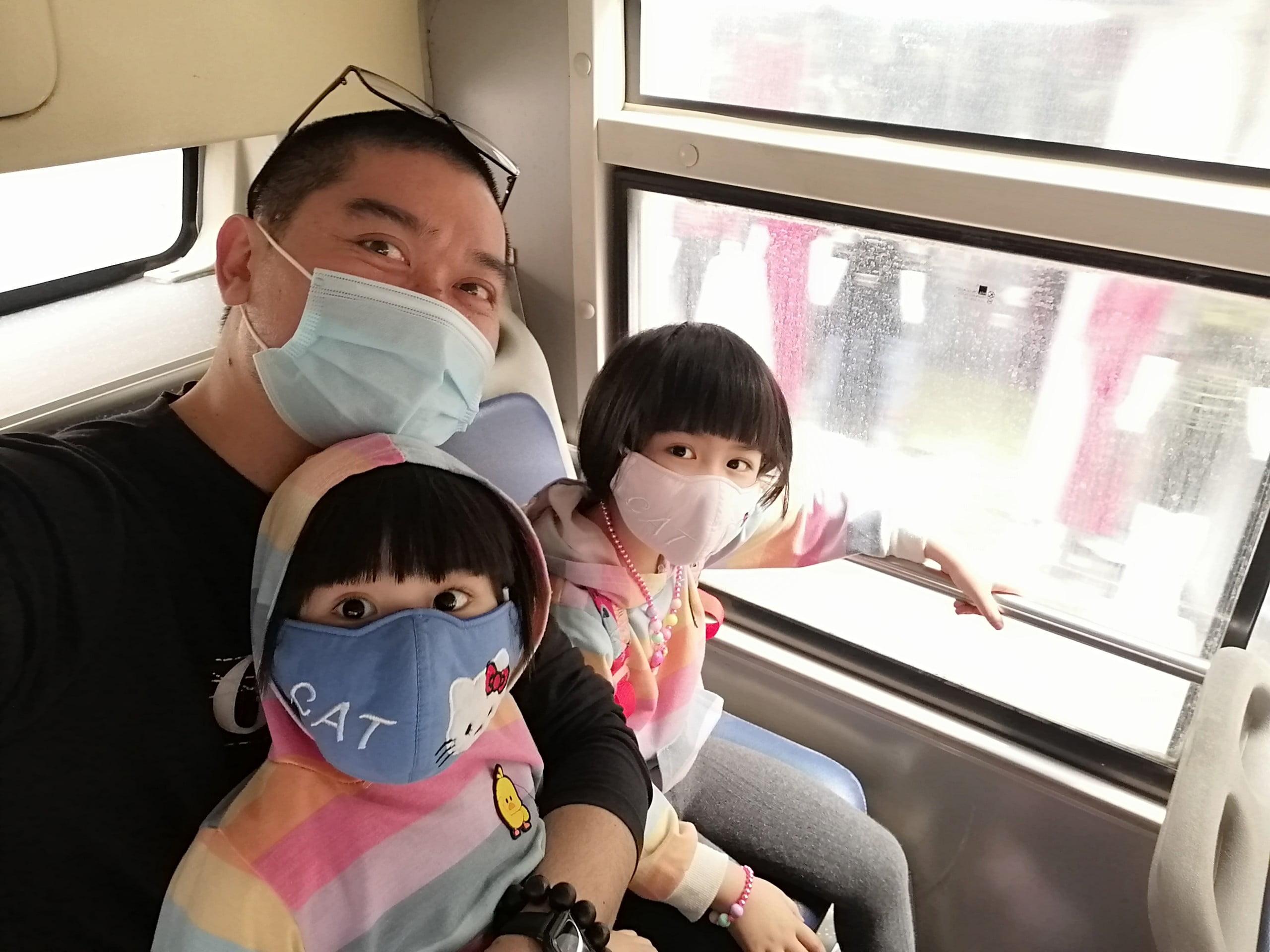 Lần đầu tiên đi xe buýt của hai chị em Thị